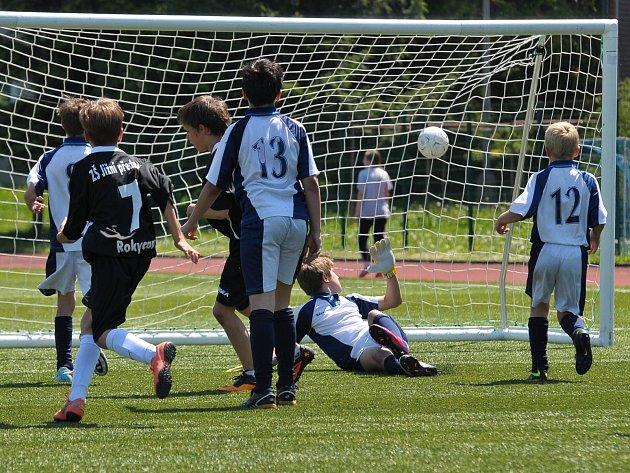 PŘES VEŠKEROU snahu pouští brankář TGM, čelící útoku fotbalistů z Jižního předměstí, gól do své sítě.
