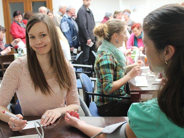 PETRA MATĚJKOVÁ (vlevo) ´odbavila´ při sobotním Měření pro zdraví desítky návštěvníků, kteří chtěli zjistit, jak jsou na tom s krevním tlakem. Zájem o akci v centru Rokycan byl opět obrovský!