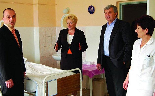 Ředitelka rokycanské nemocnice Hana Perková (druhá zleva) seznámila včera krajské radní Václava Šimánka (vlevo) a Václava Koubíkas rekonstruovaným oddělením interny C. Vpravo je vrchní sestra Ivana Šavlová.