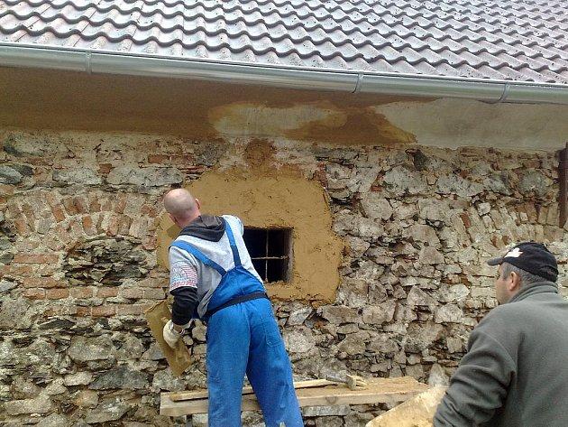Na místo nové omítky padlo rozhodnutí, že u budovy v centru Zvíkovce nechají místní vyniknout krásu kamenného zdiva.