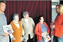 ZDENĚK ZAJÍČEK (vpravo) předal v Domě s pečovatelskou službou na okraji Břas certifikát na předplatné Rokycanského deníku, který uhradilo Muzeum strašidel. Byl u toho starosta Miroslav Kroc i tři dámy: Olga Moraruová, Božena Bejvančická a Hana Karasová.