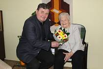 Zdeňce Jarošové popřál starosta Rokycan Václav Kočí k 95. narozeninám.