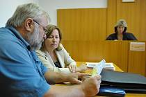 K Okresnímu soudu v Rokycanech se opět vrátila kauza, kterou mezi obec Němčovice (starosta Karel Ferschmann na snímku vlevo) a Kladrubskou zemědělskou a.s. , doslova přinesla velká voda. Ta měla totiž v červnu roku 2012 napáchat škody na obecním majetku.