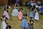 Radnické taneční kursy se odehrávají na parketu sokolovny.
