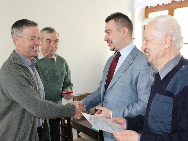 ANTONÍN DVOŘÁK (vlevo) byl jedním z oceněných včelařů v rámci sobotní okresní konference. Poblahopřáli mu představitelé svazu místopředseda Milan Desort, předseda Jaroslav Hrabák i jednatel Jiří Petříček.