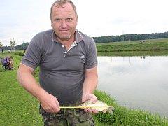 Jaroslav Strnad si tenhle úkon při rybářských závodech ve Veselé zopakoval několikrát. Vyhrál přesvědčivě: během tří hodin soutěže chytil přes deset metrů šupináčů.