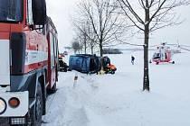 Řidička zřejmě nepřizpůsobila rychlost jízdy zasněžené vozovce a narazila do stromu. Havárii nepřežila.