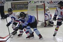 Hokejisté 4. třídy HC Rokycany (v bílém) se při domácím turnaji utkali s vrstevníky Domažlic. Třetím do party byly naděje Wolves Plzeň.