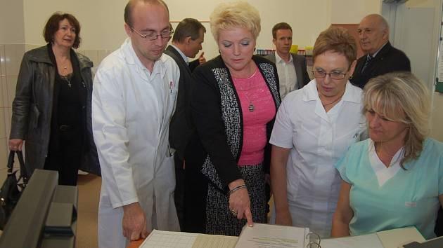 ředitelka nemocnice Hana Perková (uprostřed), doktor Pavel Čapek, hlavní sestra Marcela Krupičková a sestřička z ambulance Petra Čermáková. Mezitím si hosté, mezi nimiž byl i hejtman kraje Václav Šlajs (nahoře vpravo) či starosta Rokycan Vladimír Šmolík.