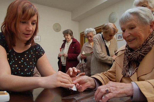 Měření cholesterolu. Studentky vyšší zdravotnické školy v Plzni se věnovaly v sobotu návštěvníkům akce Měření pro zdraví v  centru Rokycan. Hodnoty cholesterolu zjišťovala Petra Kalová (vlevo).