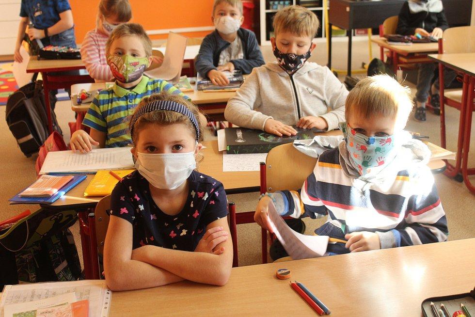 Na Jižním vládl dopoledne chaos. Do největší rokycanské devítiletky se opět vracela část školáků .