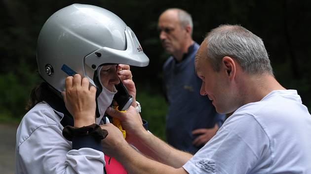 NASADIT kuklu a helmu, připojit mikrofon a můžu vyrazit. Prozatím nejadrenalinovější zážitek v mém životě.