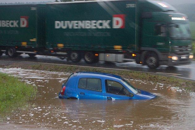 Auto svou cestu ukončilo u Vojenského muzea v Rokycanech ve směru na Hrádek.