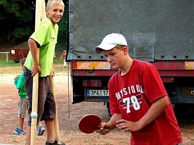 Dvojnásobná letošní jubilea si připomněli o víkendu v Holoubkově. Slavila obec i organizovaná tělovýchova. Dan Matouš si vyzkoušel pálku na stolní tenis, zatímco kamarád Honza dal přednost chůdám.