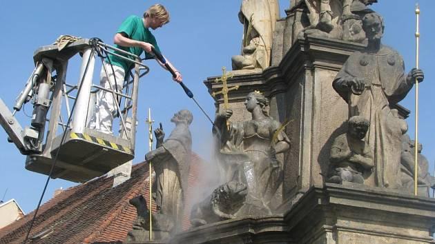 Na snímku Daniel ze zdvižné plošiny omývá sloup horkou párou  z tlakového vyvíječe.