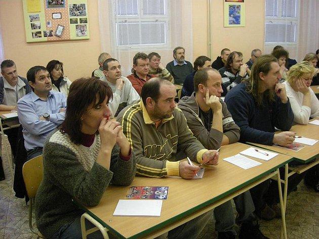 Okresní hospodářská komora v součinnosti se Střední školou Rokycany, Jeřabinová ulice, zahájila projekt týkající se nadstavbového zvýšení kvalifikace ve vybraných oblastech zpracovatelského průmyslu Rokycanska.