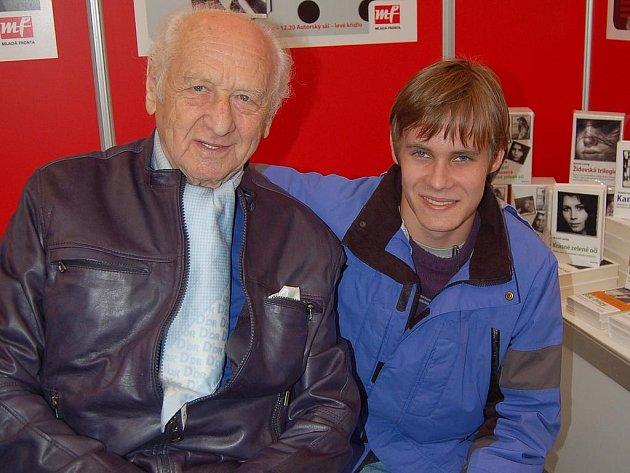 Vzpomínku na setkání  s  Arnoštěm Lustigem  – společné foto – má Jakub Hána z  rokycanského gymnázia.