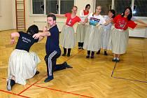 Kateřinská je název vystoupení, které na snímku procvičují tanečníci souboru Rokytka. Vpředu  je Jiří Žán s Jitkou Baslovou, za nimi Tereza a Linda Klicperovy, Andrea Janová, Alena Havlíková, Magdaléna Šiková a Jana Hořicová.