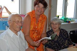 Po vlastní ose se za přáteli z rokycanského sdružení Korálci přesunuli manželé Novakovi z anglického Rawtenstallu. Panu Josefovi je přitom 87 let a s jedním přespáním v Německu zvládl trasu dlouhou 1600 kilometrů.