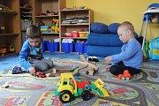 """Některé děti zatím rodiče dali místo do školky k """"tetě"""" Mileně Supové, která má v Rokycanech hlídací službu."""