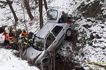 Řidič nezvládl vůz u Sedlecka a sjel z dvacetimetrového srázu