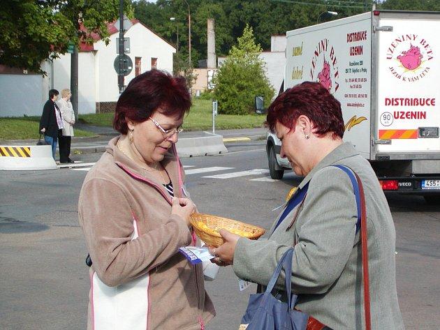 Členky a přátelé rokycanského Onko klubu nabízeli v ulicích okresního města 2200 kvítků měsíčku zahradního.