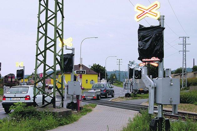 Rekonstrukce křižovatky rokycanských ulic B. Němcové a Zeyerovy, spojená se zabezpečením železničního přejezdu, se táhne. Podle města musí SŽDC dělat úpravu projektu.