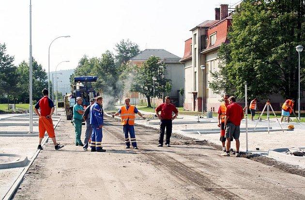 Odbočka z ulice Němcové - Kotelská –  prochází  stejně jako zmiňovaná  dopravní tepna rovněž rekonstrukcí.  Úpravy už hodně postoupily a včera se v místě činila řada pracovníků.
