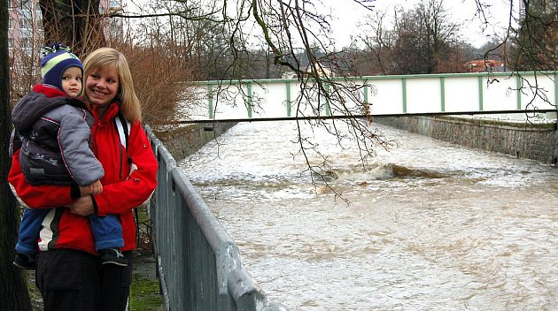 Rozbouřenou Klabavu pozorují se zájmem i obavami v očích  chodci  využívající lávku Na Pátku v Rokycanech. Pro malého Jakuba  Pajera s maminkou Alenou je to premiérové setkání s vodním živlem  posíleným jarním táním velkého množství sněhu.