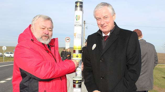 Pro větší bezpečnost se chodci v prostoru nové křižovatky u Němčovic mohou vybavit reflexními prvky. Na snímku je se starostou obce Karlem Ferschmannem (vlevo) ředitel SÚS PK Pavel Panuška.