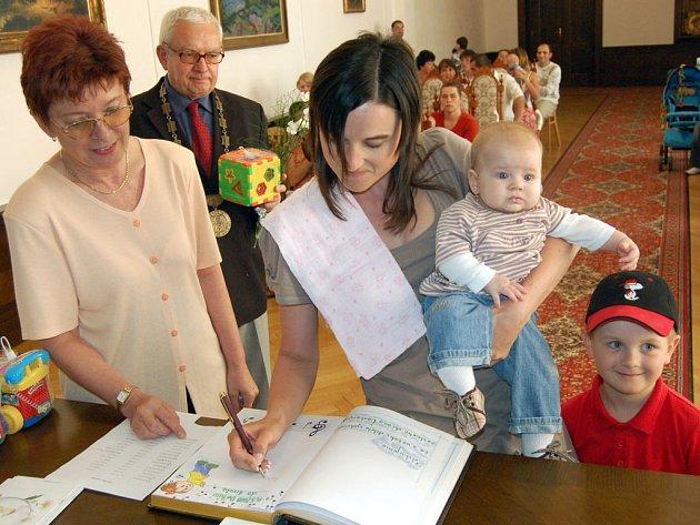 Anička Pekárková byla jedním z třinácti nedávno narozených dětí, kteří se dostavili na slavnostní vítání občánků do obřadní síně rokycanské radnice. Kromě maminky ji doprovázel bráška Vojta.