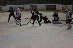 NA KOLENOU se v tomto okamžiku a nakonec i se závěrečnou sirénou ocitli hokejisté Nejdku (v tmavém) při vypjatém střetnutí krajské ligy mužů. Pořádající Rokycany zvítězily 9:6 a v sobotu cestují do Klatov.