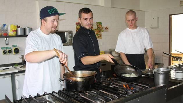 O ZKUŠENOSTI ze zahraničí, týkající se kuchařské profese, se přijel s kolegy Danielem Kalousem (uprostřed) a Petrem Šiškou, působícími v hotelu U Bílého lva, podělit Lukáš Rybár (vpravo).