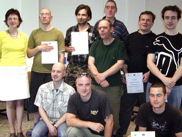 Klienti terapeutické komunity pod Vršíčkem absolvovali s podporou Evropské unie  kurz počítačové gramotnosti a na závěr jsme část z nich vyfotografovali s vedoucími projektu.