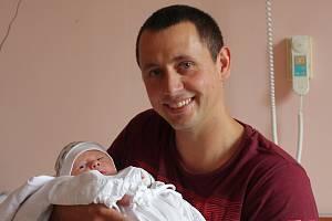 Matěj Mikuta se narodil 4. srpna v 8:48 mamince Lucii a tatínkovi Tomášovi z Nýřan. Po příchodu na svět ve Fakultní nemocnici v Plzni na Lochotíně vážil prvorozený synek 3530 gramů a měřil 50 centimetrů.