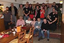 FRANTIŠEK BLÁHA (vpravo v šedivém svetru) ze Stupna je známou postavou severní části okresu. S přáteli si v úterý večer připomněl 65. narozeniny a vytrvalci protáhli oslavu do středečního rozbřesku!