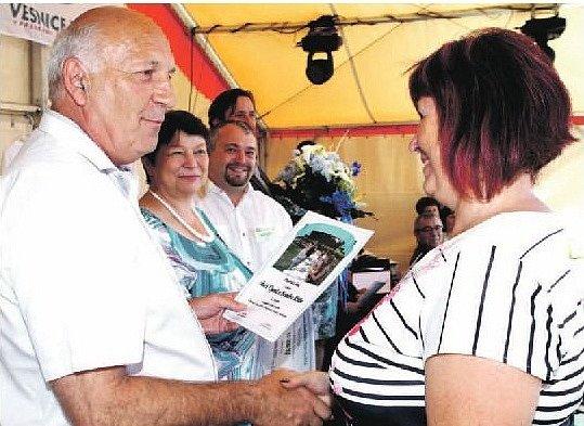 ALENA MANKOVÁ měla v Konstantinových Lázních důvod k úsměvu. Druhé místo v krajské části soutěže Vesnice roku 2016 je vysvědčením snahy zastupitelů i patriotů obce o dění. Ocenění předával hejtman Václav Šlajs a vedle něho jsou další krajští radní.