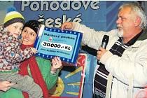 MÝTO věnovalo malému Kubíkovi Královcovi třicet tisíc korun. Symbolického předání částky se ujal starosta František Končel.