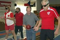 Dva dny patřila čtyřdráha SKK Rokycany handicapovaným sportovcům. Mezinárodní turnaj zrakově postižených o putovní pohár města se týkal reprezentantů čtyř zemí. Byli mezi nimi Ernst Wurnig z Vídně(vpravo) a Kamila Vlasáková.