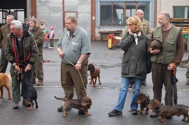 Areál rokycanského zemědělského a lesnického učiliště obsadili v sobotu ráno majitelé loveckých psů.