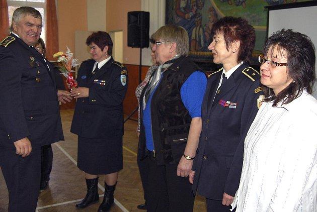 Galantní hasiči. Součástí sobotního shromáždění starostů hasičských sborů z celého okresu bylo ocenění aktivních žen. Kytičkou jim symbolicky poděkoval šéf sdružení Miroslav Frost.