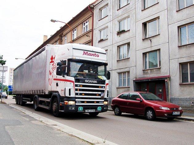 Provoz v Soukenické ulici znepokojuje tamní obyvatele. Tím spíš, že zastupitelé nově rozhodli o zobousměrnění dopravy.