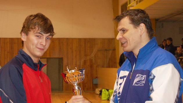 Ligové parametry měl halový turnaj společnosti Borgers v kopané. V sobotu večer organizátor a zároveň aktivní účastník Luděk Bejvl (vpravo) předával poháry těm nejlepším.