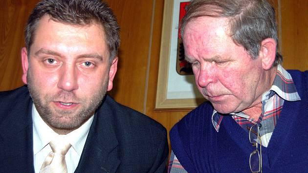 Zastupitelé v Břasích volili ve středu večer nového starostu. Jan Špilar z Kříší (vlevo)  prošel díky pondělní dohodě politických subjektů bez šrámu. Do funkce ho zasvěcoval místostarosta Josef Straka (vpravo).