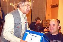 Jarmil Andrlík (sedící) se stal vítězem 13. ročníku Burdova memoriálu ve voleném mariáši.