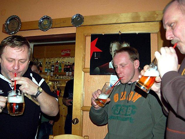 Výhru našich hokejistů  v  poměru 3:1 uhodli tři odborníci. Mitáček, Prachař a Krňoul (zleva), kteří museli o prémii 420 korun zabojovat v doplňkovém klání. Pili pivo brčkem a nejlépe to zvládl Prachař.