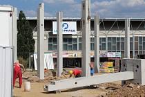 PO ROCE A PŮL, kdy se v ohrazeném prostoru proti zimnímu stadionu nic nedělo, prostranství zaplnil stavební ruch.