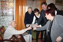 FRANTIŠKU PELIKÁNOVI přišel k 95. narozeninám poblahopřát starosta Rokycan Václav Kočí (zprava upro- střed) s matrikářkou městského úřadu, nechyběla ani dcera Jitka, syn František a jeho manželka.