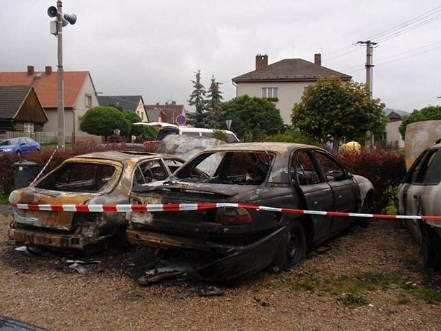 Ve Volduchách hořela čtyři osobní vozidla. Požár má na svědomí nejspíš žhář.