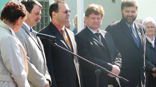 Slavnostního otevření radnické polikliniky se zúčastnila také ministryně zdravotnicvtí Dana Jurásková (u mikrofonu), dále jsou na snímku Jaroslav Salivar, Jiří Papež, Luděk Sefzig a Jaroslav Mráz. F